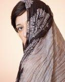 Portret van een vrouw met een sjaal Royalty-vrije Stock Foto