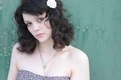 Portret van een Vrouw met een Witte Bloem in haar Hai Stock Foto