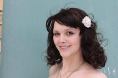 Portret van een Vrouw met een Witte Bloem in haar Hai Royalty-vrije Stock Afbeeldingen