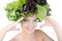 Portret van een vrouw met salade in gehad geïsoleerdn op duidelijke witte achtergrond Royalty-vrije Stock Afbeeldingen