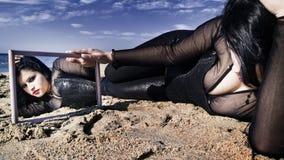Portret van een vrouw met spiegel Royalty-vrije Stock Foto's