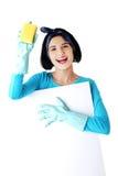 Portret van een vrouw met spons en lege banner Stock Foto