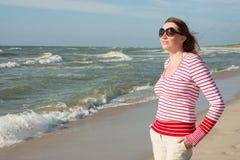 Portret van een vrouw op de achtergrond van het overzees stock afbeelding
