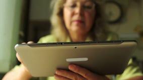 Portret van een vrouw op de leeftijd met Tabletpc stock footage