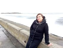 Portret van een vrouw op middelbare leeftijd op de achtergrond van een rivier stock afbeeldingen