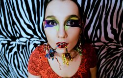 Portret van een vrouw op een zebra zoals achtergrond stock foto