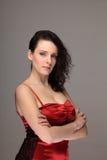 Portret van een vrouw in rode kleding met ernstige uitdrukking stock afbeelding