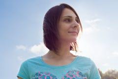 Portret van een vrouw tegen de hemel Stock Foto