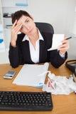 Portret van een vrouwelijke accountant die ontvangstbewijzen controleert Stock Fotografie