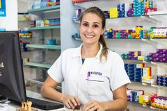 Portret van een vrouwelijke apotheker royalty-vrije stock afbeelding