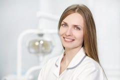 Portret van een vrouwelijke arts in een witte laag royalty-vrije stock afbeelding