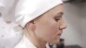 Portret van een vrouwelijke bakker op het werk stock video