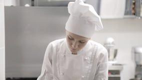Portret van een vrouwelijke bakker op het werk stock footage
