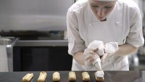 Portret van een vrouwelijke bakker op het werk stock videobeelden