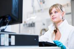 Portret van een vrouwelijke onderzoeker die onderzoek naar een laboratorium uitvoeren stock afbeeldingen