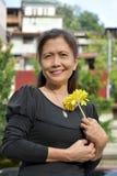 Portret van een Vrouwelijke Oudste met een Bloem stock foto's