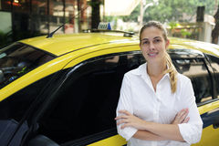Portret van een vrouwelijke taxibestuurder met haar nieuwe cabine royalty-vrije stock afbeeldingen
