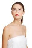 Portret van een vrouwelijke tiener die met een handdoek wordt verpakt. Stock Foto's