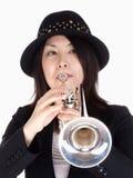 Portret van een Vrouwelijke Trompetter royalty-vrije stock afbeelding