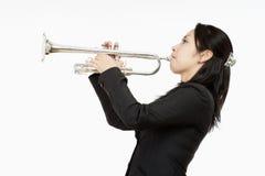 Portret van een Vrouwelijke Trompetter royalty-vrije stock afbeeldingen