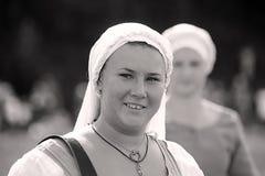 Portret van een vrouwelijke troubadour op stelten Stock Afbeeldingen