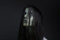 Portret van een vrouwelijke zombie stock fotografie