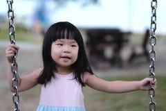 Portret van een weinig Aziatisch meisje in schommeling Royalty-vrije Stock Foto's