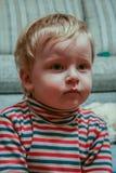 Portret van een weinig blonde jongen in een gestreepte col royalty-vrije stock foto