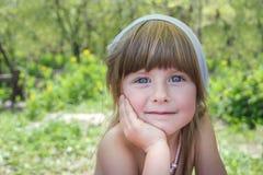 Portret van een weinig glimlachend meisje met blauwe ogen Stock Fotografie