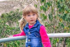 Portret van een weinig mooi meisje in openlucht royalty-vrije stock afbeelding