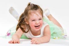 Portret van een weinig vrolijk meisje De kindlach Royalty-vrije Stock Foto's