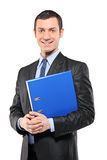 Portret van een zakenman die een fascicule houdt Royalty-vrije Stock Fotografie