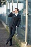 Portret van een zakenman die op cellphone in de stad spreekt Stock Foto's