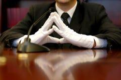 Portret van een zakenman die witte handschoenen draagt royalty-vrije stock foto's