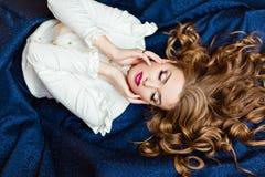 Portret van een zeer mooi sensueel betoverend roodharig meisje i royalty-vrije stock foto's