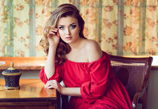 Portret van een zeer mooi sensueel meisje in een rode kleding met bedelaars Stock Foto's