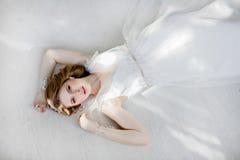 Portret van een zeer mooie sensuele meisjesbruid in huwelijkskleding royalty-vrije stock foto