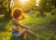 Portret van een zeer vrij jonge vrouw dichtbij een omheining Stock Afbeelding