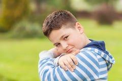 Portret van een zeven jaar oude jonge Kaukasische jongen Royalty-vrije Stock Afbeeldingen