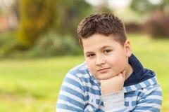 Portret van een zeven jaar oude jonge Kaukasische jongen Stock Afbeeldingen