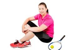 Portret van een zitting van de tennisspeler op een witte achtergrond Stock Foto's