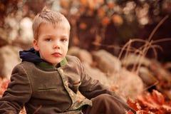Portret van een zitting van de twee éénjarigen blonde jongen op a stock foto