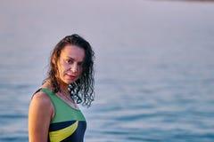 Portret van een zwart-haired natte vrouw op middelbare leeftijd in een zwempak op een de zomeravond royalty-vrije stock foto's
