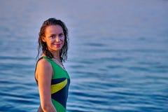 Portret van een zwart-haired natte vrouw op middelbare leeftijd in een zwempak op een de zomeravond stock foto's