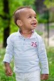 Portret van een zwarte babyjongen die bij het park speelt Royalty-vrije Stock Afbeelding