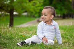 Portret van een zwarte babyjongen die bij park speelt Stock Foto
