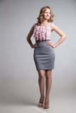 Portret van elegant geklede jonge blondevrouw Stock Fotografie
