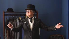 Portret van elegante rijpe heer die een kleermakers` s winkel bezoeken stock video