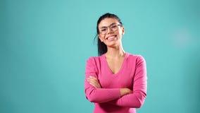 Portret van elegante vrouw die glazen dragen stock videobeelden