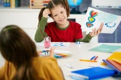 Kinderen die in kunstklasse op basisschool schilderen stock afbeelding